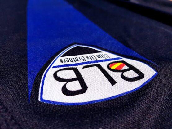 detalle escudo camiseta blue life brothers con línea azul